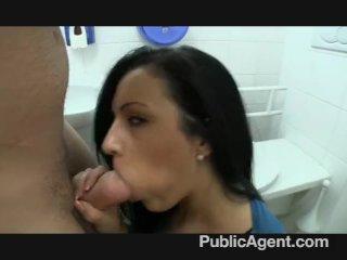 S brunetkou na záchode za prachy