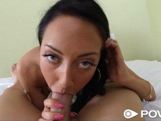 Девушка сосет член и трахается в порно от первого лица на кровати