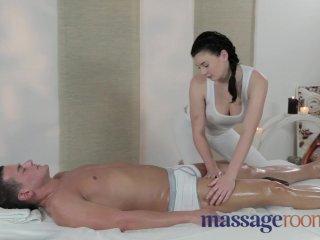 Mladá masérka dostane chuť na sex