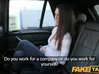 Milá brunetka šuká v taxíku