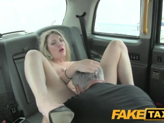 Nadržaná blondína v taxíku dráždi šoféra