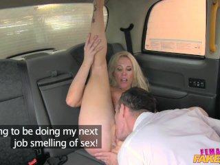 FemaleFakeTaxi s turistom