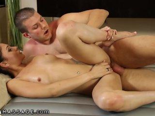 Brunetka masíruje brata v kúpelni