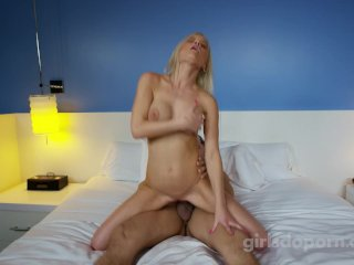 Prsnatá blondína v jej prvom videu