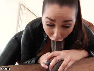 Kráska má chuť na dlhý čierny penis