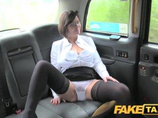 Falošný taxikár si užije milfku