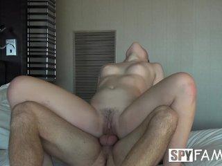 Nevlastná sestra prosí brata aby jej ukázal penis