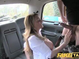 Sexy velšanka nastúpi do faketaxi