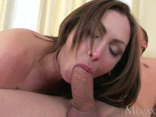 Sexy MILFka strieka pri sexe so synom