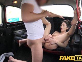 Chlpatá Ruska šuká v taxíku