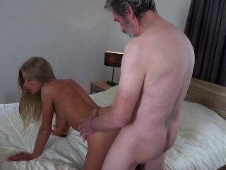 Blondínka si užije so starčekom