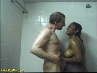 Den indiska kvinnan och den stora vita kukan