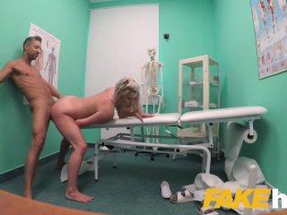 Doktor vykláti svoju krásnu pacientku