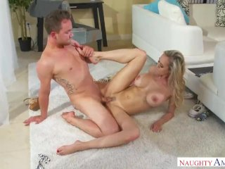 Sexy MILFka potrebuje sexuálnu pomoc