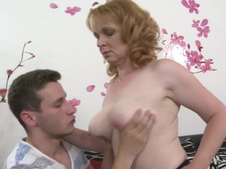 Den rødhårede modne kvinde og den unge dreng