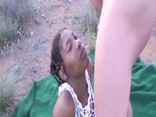 Afrikansk gruppe sex i nærheten av jeepen
