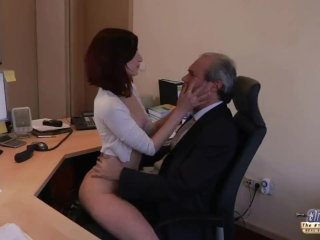 Mladá sekretárka odpúta prepracovaného šéfa od prace sexom