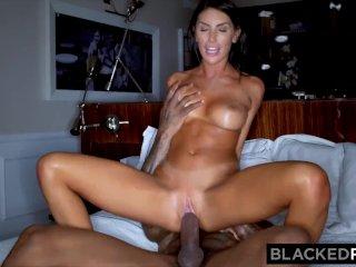Úžasná rozpálená žena si zašuká s čierným býkom