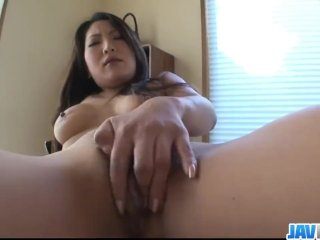 Azijatka masturbuje pred web kamerou