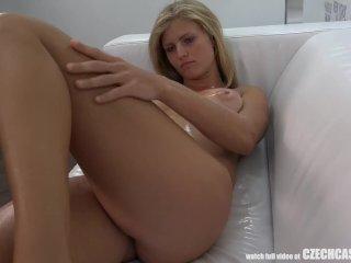 Blondínka predvádza svoje sexy telo