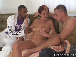 Isoäiti ja kaksi nuorta miestä