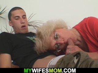 A fiatal pasi és az anyós