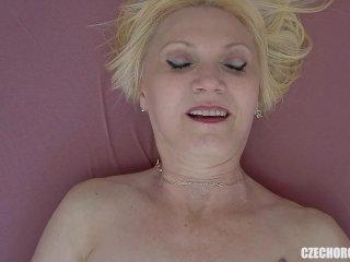 Den mogna blonda kvinnan leker med sig själv