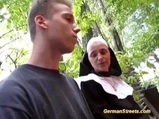 Den tyska nunnen knullar i skogen