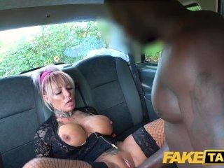 Негр трахает грудастую женщину в фейковом такси