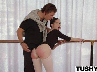 Трахает гибкую балерину прямо в зале во время тренировки
