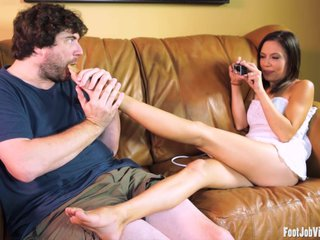 Hot amateur has her feet worshipped