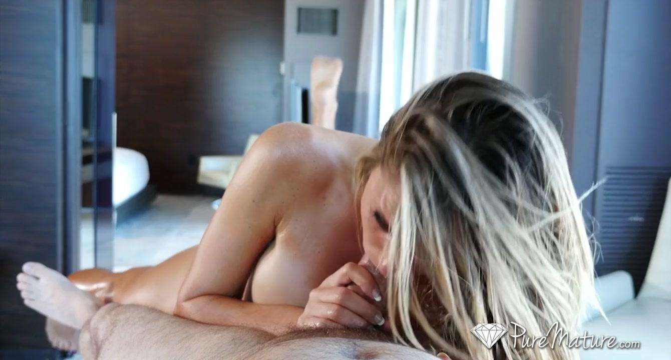 Зрелая блондинка глубоко заглатывает хуй мужика