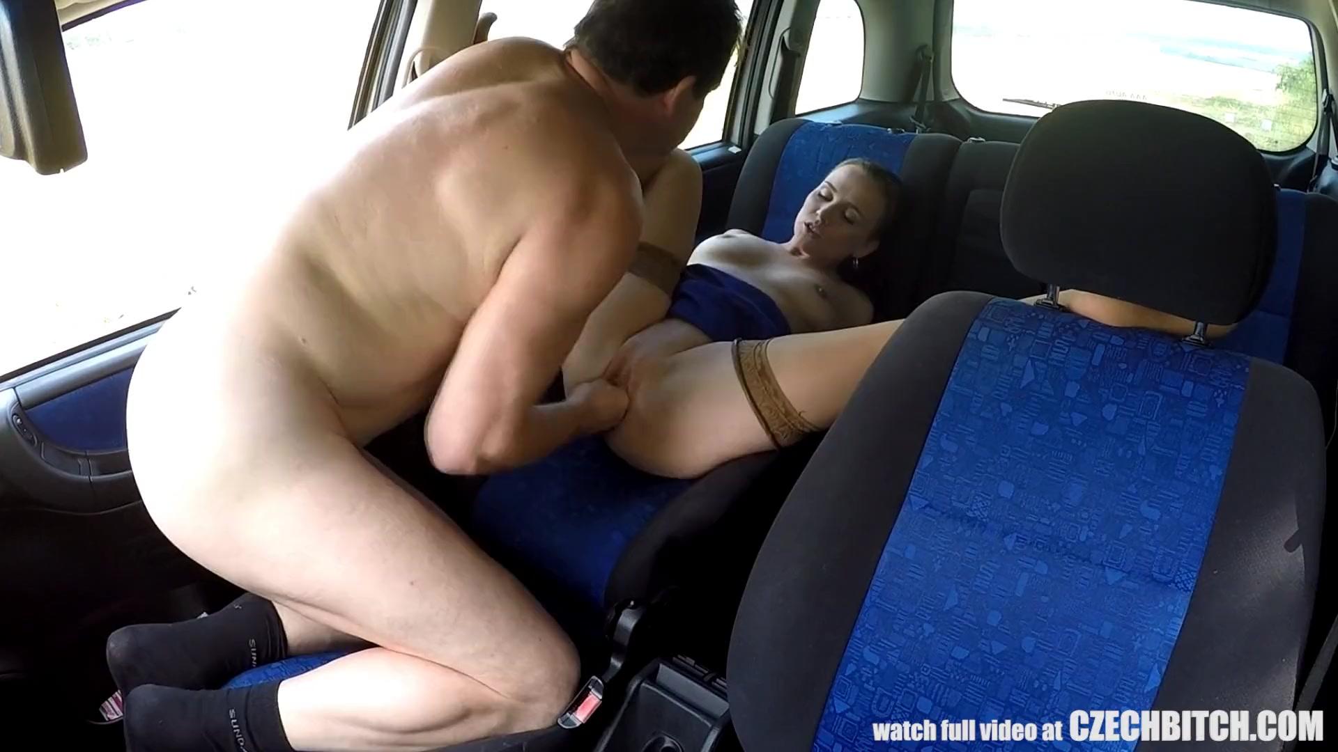Секс на заднем сидении машины