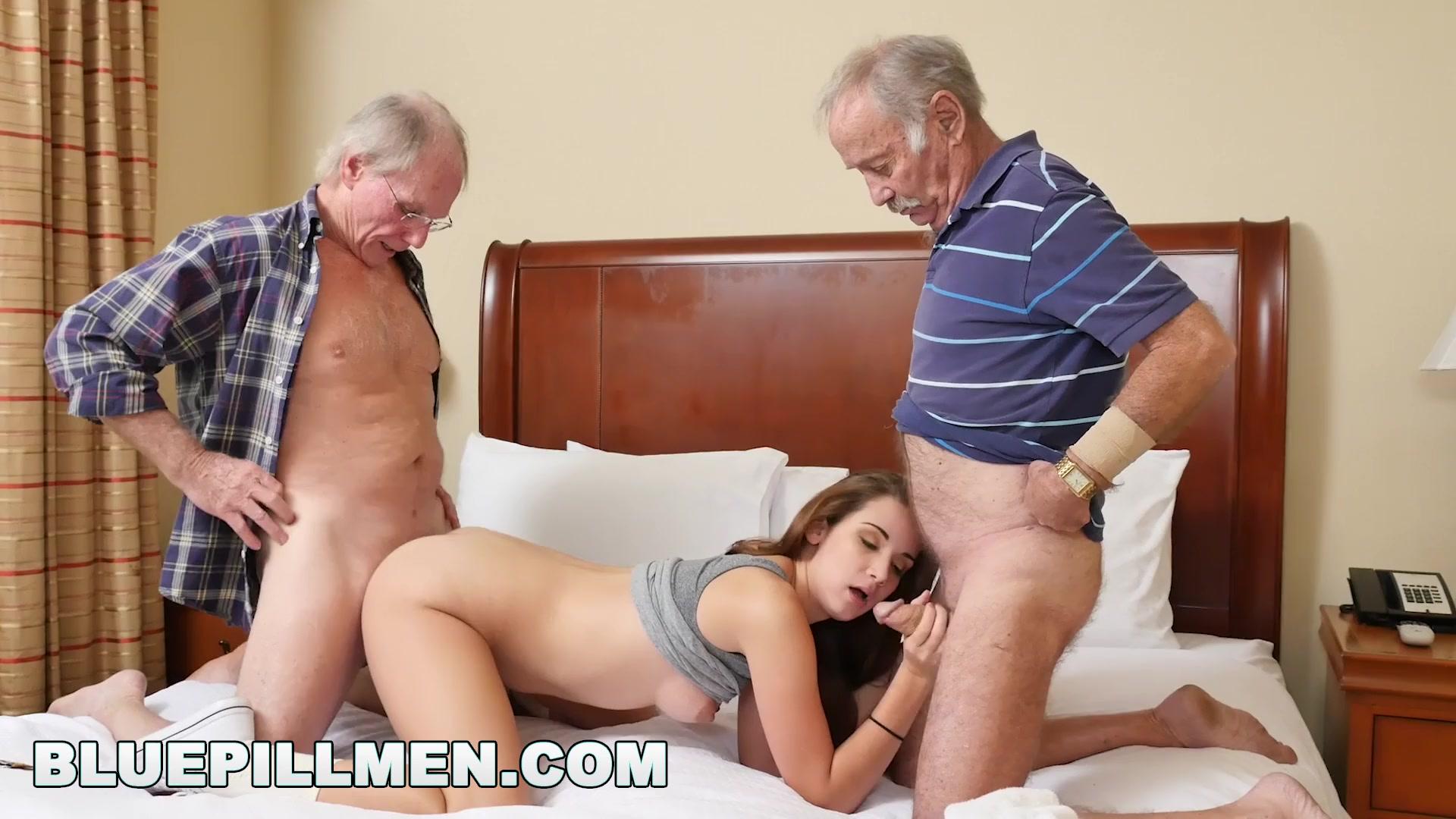 Проститутку трахают два старика